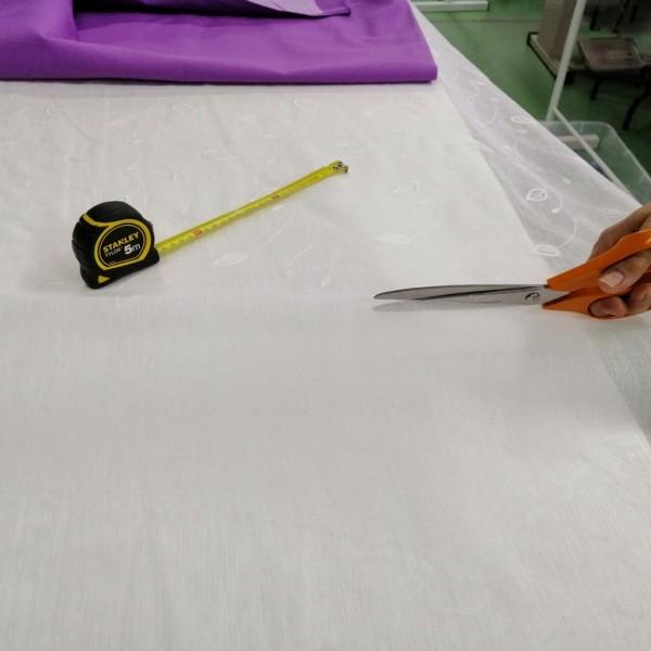 Personal cortando visillo